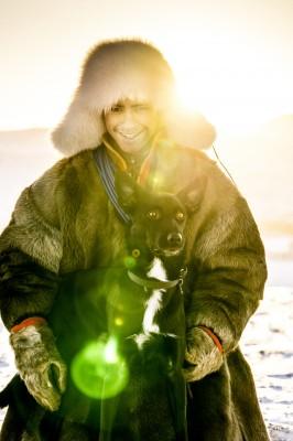 Jon-Henrik Fjällgren med hunden Ranne.